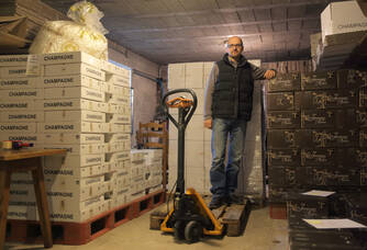 Le travail d'emballage des champagnes Jeaunaux Robin
